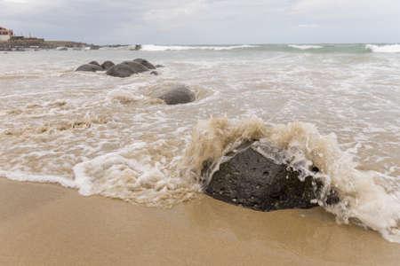 Golven van de Atlantische Oceaan het raken van de stranden langs de kust van Dakar, Senegal