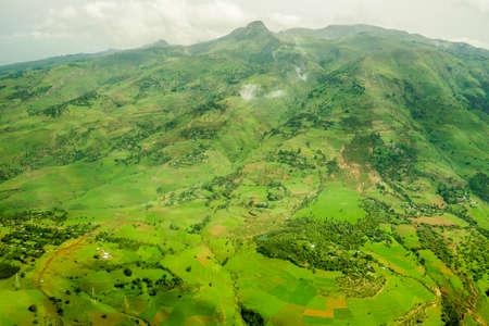 アジス ・ アベバを取り巻く高原は、緑豊かな緑の草や植物で覆われています。