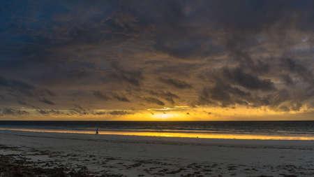 Beau lever de soleil derrière les nuages ??de tonnerre sur les plages de sable blanc de Diana Beach à Mombasa au Kenya