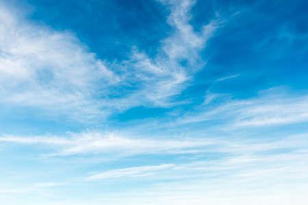 cielo azul: Fondo del cielo hermoso Foto de archivo