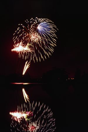 guy fawkes night: spectacular fireworks reflecting on a lake Archivio Fotografico