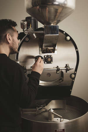 origin of man: Professional barista takes first probe while roasting coffee beans in the best machine LANG_EVOIMAGES