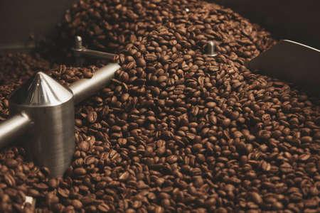 Foncé, aromatiques, les grains de café au chocolat fraîchement cuit et froid à chaud à l'intérieur de la meilleure machine de torréfaction professionnelle