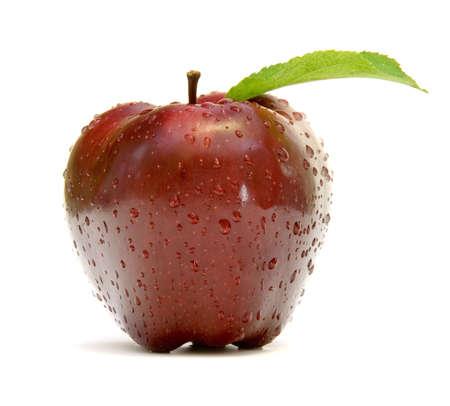 pomme rouge: Pomme rouge avec des gouttes de rosée Banque d'images