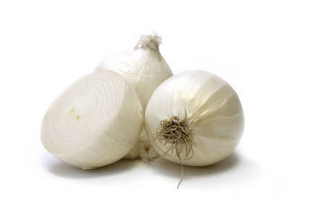 cebolla blanca: cebolla fresca aislado sobre fondo blanco
