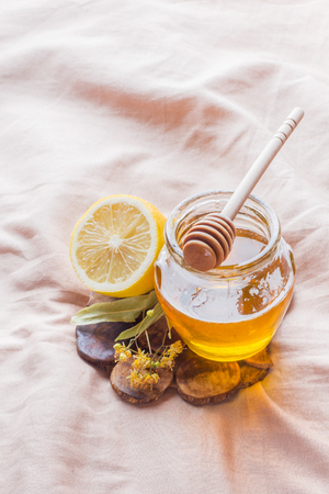 honey and Lemon. The tray on the bed, the Concept of the treatment of colds Imagens