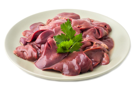 Hígado de pollo crudo fresco en un plato. Aislado en blanco.