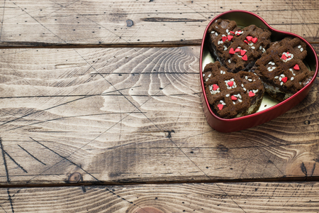 Concept Valentine's Day. Chocolate chip cookies on a wooden table. Greeting card. Copy space. Foto de archivo