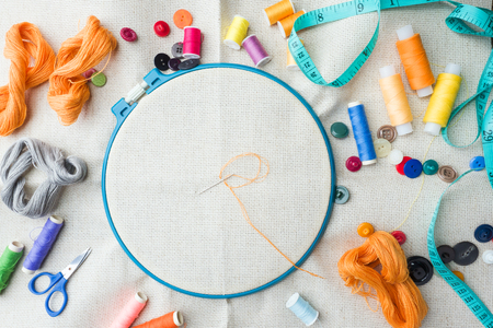 Embroidery set. White linen fabric, embroidery hoop, colorful threads and needls. Copy space Stockfoto