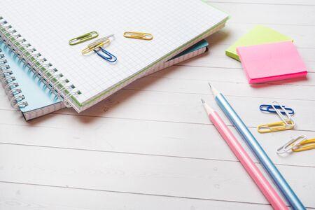 Cuaderno y lápiz, papelería con espacio de copia en el fondo de la mesa blanca para presentación, escritor o educación escolar, blogger, novela y fricción o concepto de historia de marca,