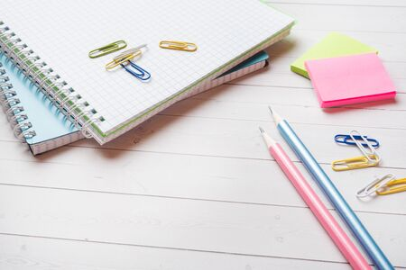 Notatnik i ołówek, artykuły papiernicze z miejscem na kopię na białym tle stołu do prezentacji, pisarza lub edukacji szkolnej, blogera, powieści i tarcia lub koncepcji historii marki,