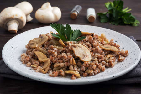 Boiled buckwheat with stewed mushrooms. Russian traditional food. Healthy diet food 免版税图像