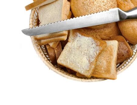 canasta de panes: El pan en una cesta, aislado en blanco