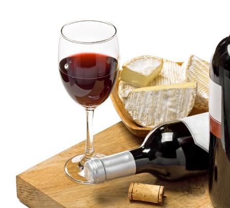 vinos y quesos: Vino tinto Brie, Camembert y en la superficie de madera, tiro del estudio, fondo aislado, blanco