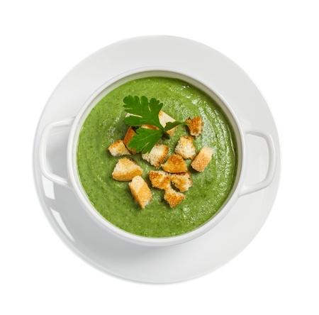 �broccoli: Sopa de crema con costras secas aisladas en blanco, tiro del estudio