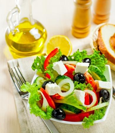 european food: Ensalada de verduras con queso feta griego, vista superior