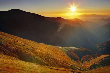 grassy plot: Puesta de sol en las monta�as C�rpatos paisaje