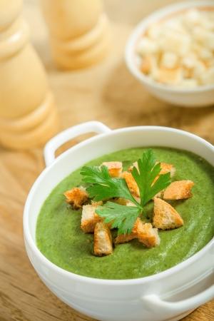 spinaci: Zuppa di crema con croste secche sul tavolo, studio shot
