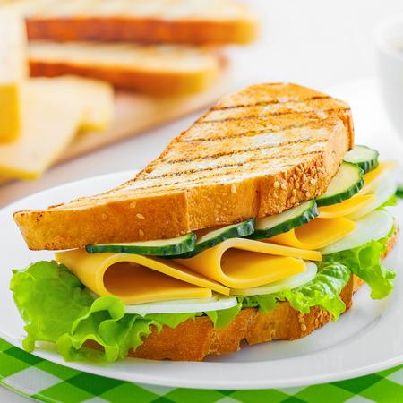 Boterham met kaas op plaat, koffie rem