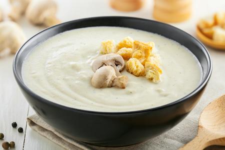 hongo: Sabrosa sopa de crema de hongos para el almuerzo, ingredientes en una mesa, la comida europea Foto de archivo