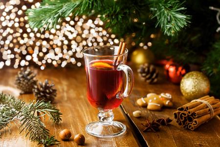 pinoli: Vigilia di Natale vin brulè in vetro con agrumi e spezie. Gustosa bevanda tradizionale calda. Archivio Fotografico