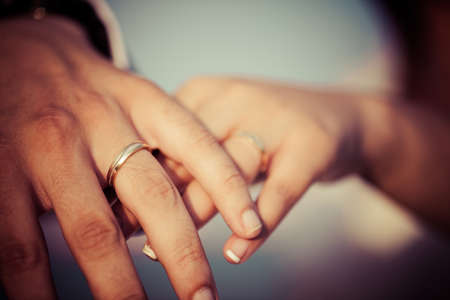 anillo de boda: Manos de pareja de recién casados ??muestran sus anillos Foto de archivo