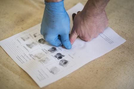 さらなる研究の指紋手のサンプルを得るためのプロセス。ウクライナ 写真素材 - 77086264