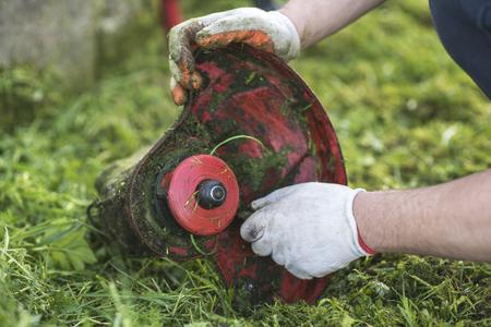 Snaren trimmer schoonmaken na het maaien van het gras
