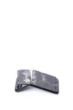 Moderne mobiele smartphone met gebroken scherm en gebogen achteromslag, geïsoleerd op een witte achtergrond, plaats voor tekst, instellen Stockfoto