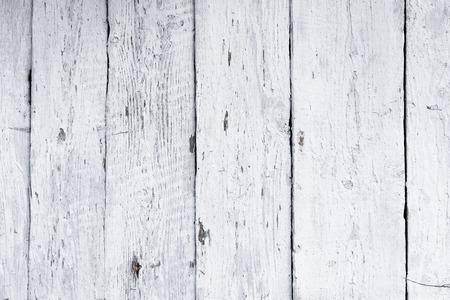 石灰で白く塗られたレトロな木製の壁、モダンなスタイル、風化したクラッキングな乱雑な木製の背景、デザインのためのヴィンテージの背景