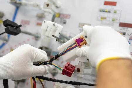 Processus de fabrication des faisceaux de câbles pour véhicules, workflow, industrie automobile Banque d'images