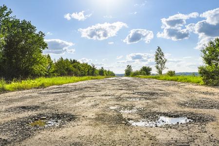 Carretera rota, baches y pozos. Carreteras de Ucrania Foto de archivo