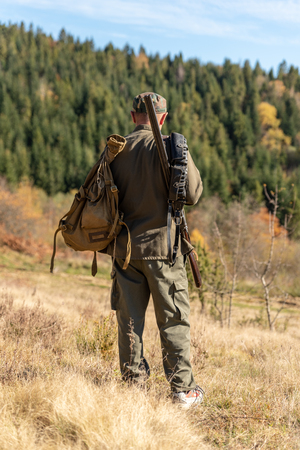 Hunter on hunting in the mountains, forestland Stockfoto - 114546472
