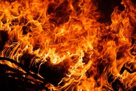 Sur le feu. Thèmes d'incendie, de catastrophe et d'événements extrêmes. Arrière-plan avec espace de copie pour le texte.