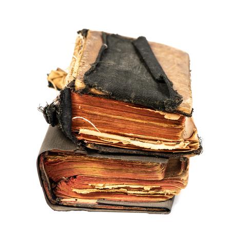 Due libri antichi isolati su sfondo bianco con tracciato di ritaglio, angolo saggio