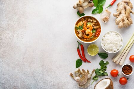 Tom Yum Goong or Tom Yam Kung and various ingredients for cooking. Background with copy space. Menu or recipe mockup. Banque d'images