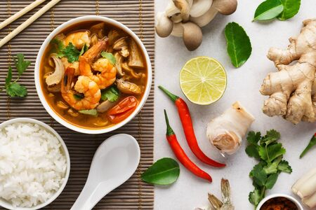 Tom Yum Goong or Tom Yam Kung and set of ingredients for cooking. Traditional Thai spicy shrimp soup with coconut milk. Top view. Imagens