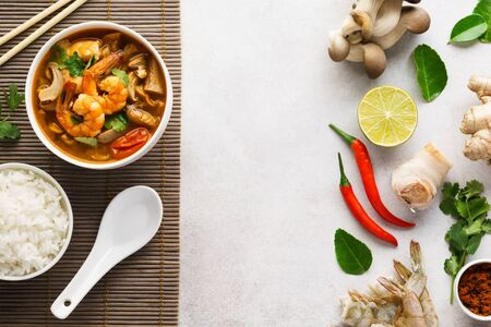 Tom Yum Goong or Tom Yam Kung and various ingredients for cooking. Background with copy space. Menu or recipe mockup. Imagens