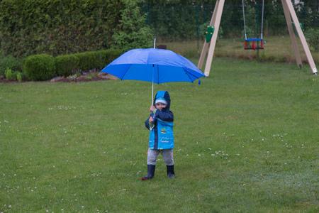 sotto la pioggia: piuttosto piccolo bambino sotto la pioggia