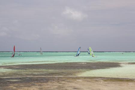 windsurf: Windsurf en la laguna del mar Foto de archivo