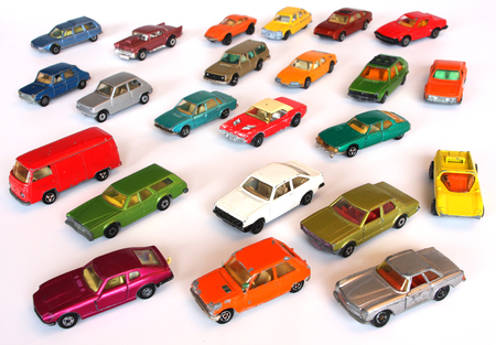kleurrijke speelgoedauto's