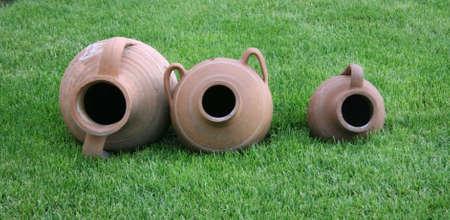 earthen: Tre potteries earthen su erba verde.