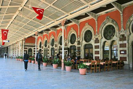 estacion de tren: Estambul, Turquía-abril 22,2012: Punto final de Orient Express, estación de tren Sirkeci