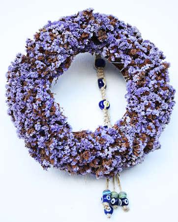 b�se augen: Kranz aus nat�rlichen lila Bl�ten und B�se Augen gemacht