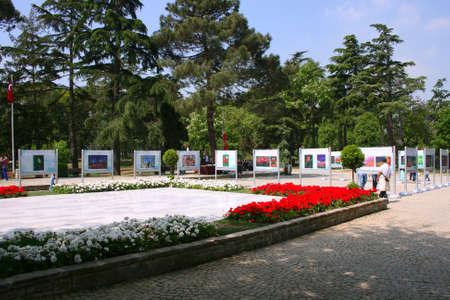 agachado: Estambul, Turquía, May 09,2013: Exhibiton de los más bellos tulipanes de 2013 en Emirgan Madera