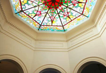 octogonal: Techo de cristal octagonal manchado Editorial