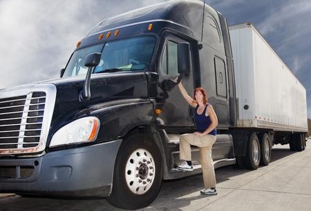 女性のトラックの運転手
