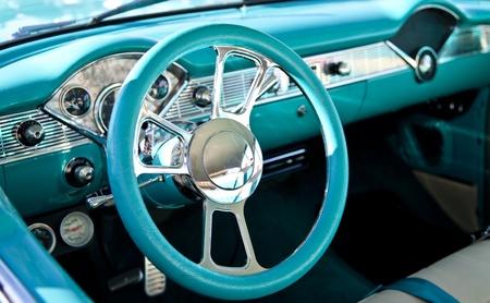 古典的なスポーツ車のインテリア