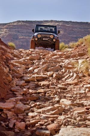 大まかなトレイルを降順のジープ