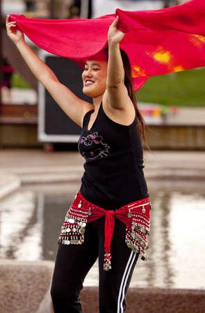 スコッツデール、アリゾナ州、アメリカ合衆国 - 2010 年 1 月 23 日 - ベリーダンス デモンストレーター スコッツデール フィット市イベント 報道画像